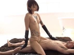 180cmのタトゥー美BODYで、乳首責め騎乗位する様は絶景だ。