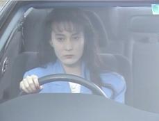 車で移動している亮子