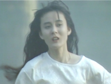 逃げる亮子