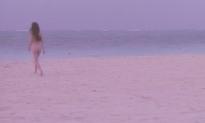 全裸で海に向かって行く