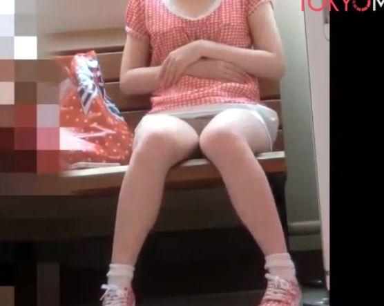 対面に座った女の子のパンチラを20分以上ずーっと隠し撮り