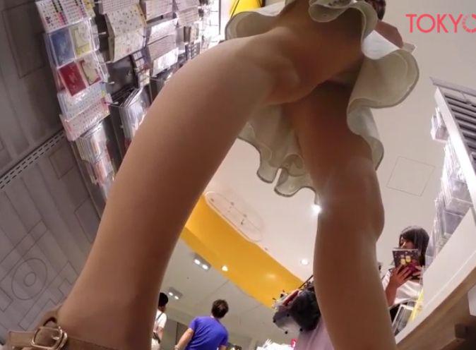ショッピングする女の子を物色して後をつけて逆さ撮り