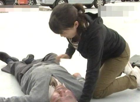 人命救助で屈んだら胸元の隙間からブラモロ見えハプニング!