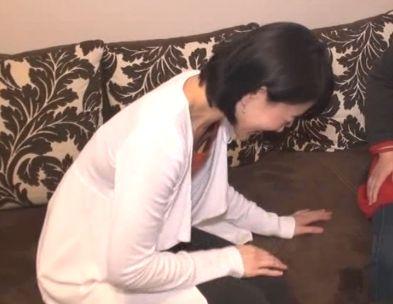 ソファでトーク中屈んだら胸元の隙間からブラ見えハプニング!