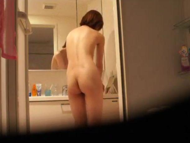 美乳のお姉さんが風呂場に仕掛けられたカメラで脱衣所と風呂を隠し撮りされてる