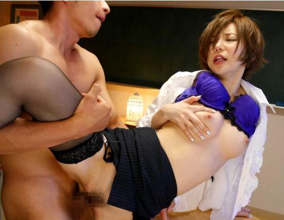 里美ゆりあがタイトスカートに身を包みエロすぎる女教師に!生徒を誘惑して保健室で顔騎セックス!