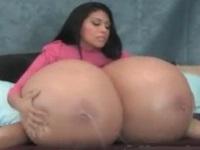 超乳を揺らしてスプリンクラーのように母乳をまき散らすお姉さん