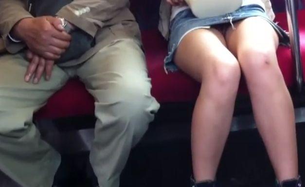 パンツ履いてるの?電車の対面に座った女性を隠し撮り