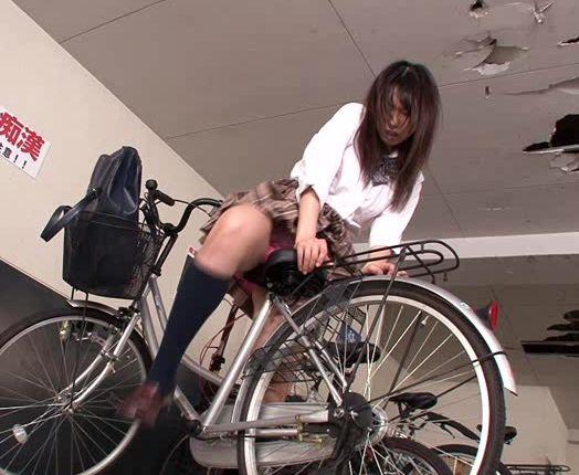 自転車のサドルに媚薬をこっそり塗り込む。パンティーから染み込んだ媚薬をマ○コで受け止める。有村千佳