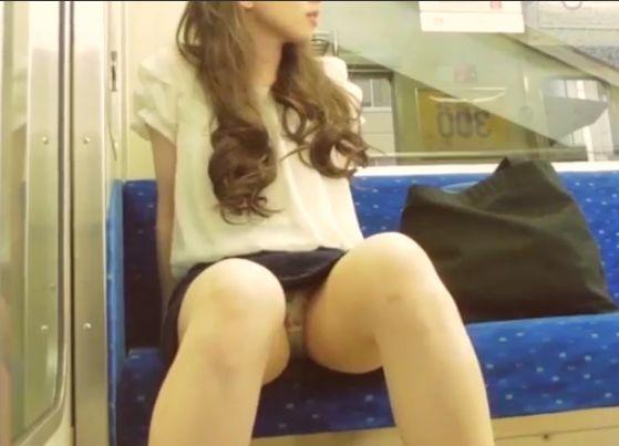 股の揺る目な対面に座った女の子のスカート内を隠し撮り