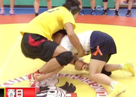 試合中タックルに来たところで女の子のおっぱいをモロ揉みしてしまうハプニング!