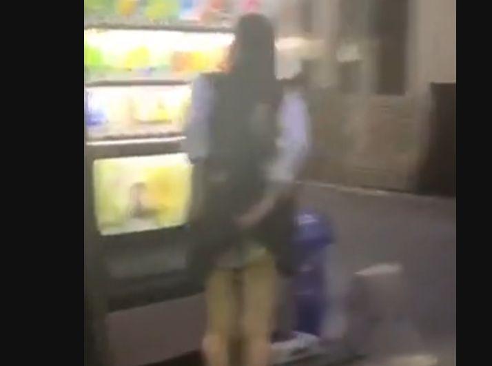 スカートがめくれていることに気がつかず自販機でジュースを買う制服娘を隠し撮り[盗撮]