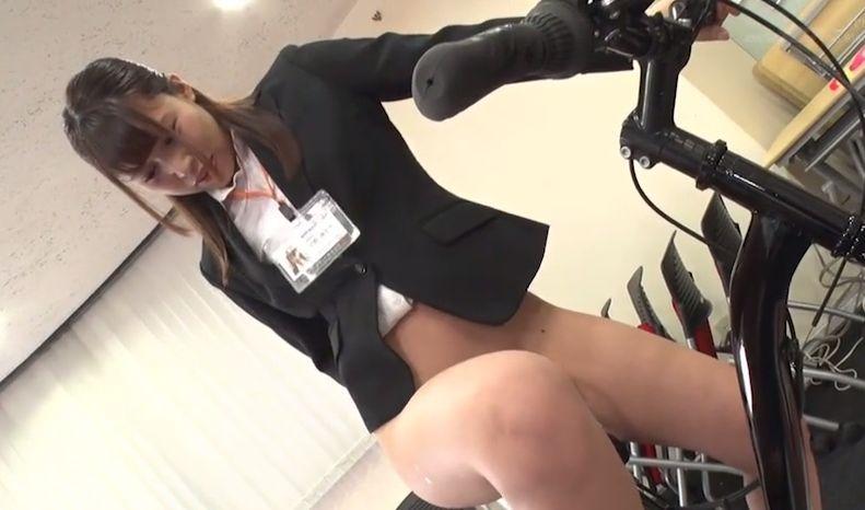 """""""商品発表会""""の担当になってしまった為に、自分のお尻に様々な器具を挿入したり、浣腸をしながら業務のために奮闘する 桜庭洋子"""