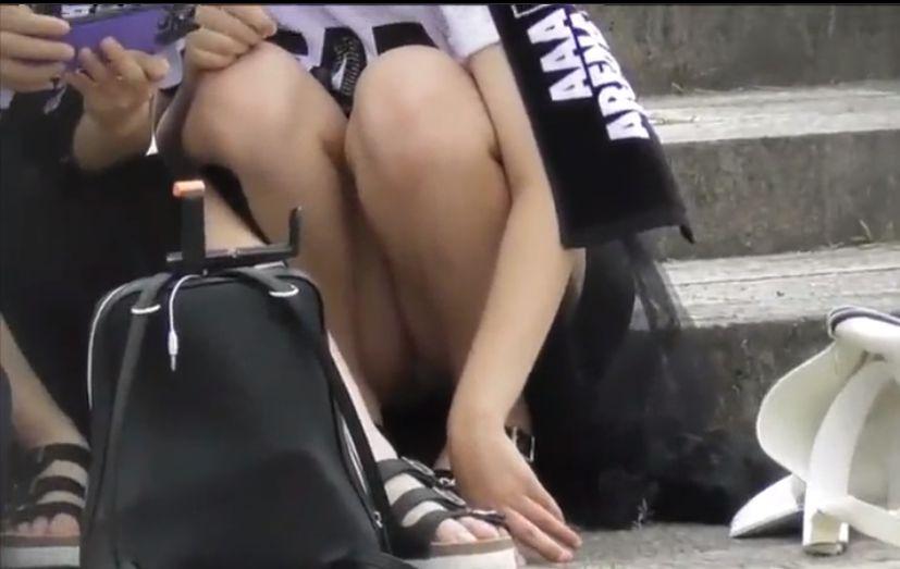 ライブ会場の外で座っているファンのパンツをずっと隠し撮り[盗撮]