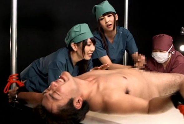 男の前立腺に突撃。有村が男の前立腺を完全支配すれば、意志とは関係なく勃たされた男根を友田がもてあそぶ。有村千佳 友田彩也香