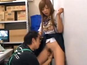 「ヤメてよ…やぁだぁ!!」万引きで捕まった生意気素人ギャル女子校生が店長に脅され中出しレ○プされる