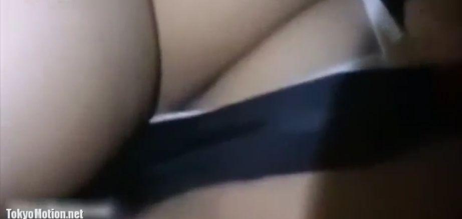 スカートの中に手を入れてパンツをずらしてお尻のワレメを撮影する