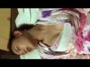 スマホ個人撮影 自分でチンポをねじ込んで恍惚な表情で感じる浴衣姿の淫乱彼女☆