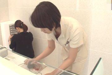 美容外科の看護師さんがお仕事中屈んだら胸元の隙間からブラ見えハプニング!