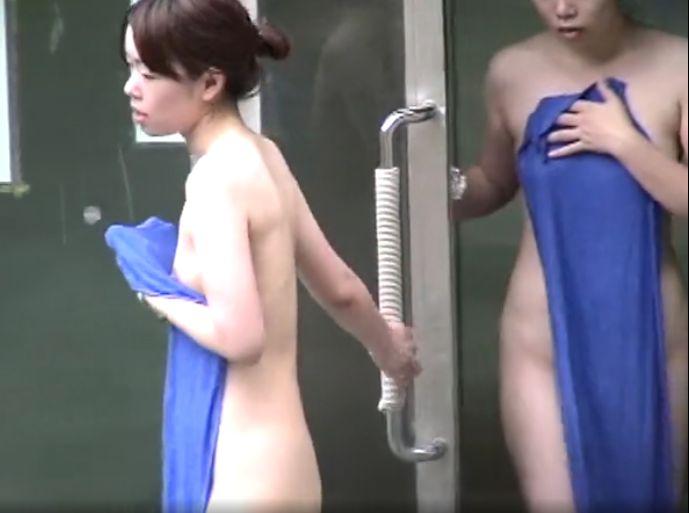 姉妹のような2人組がドアから入ってくる露天風呂隠し撮り動画