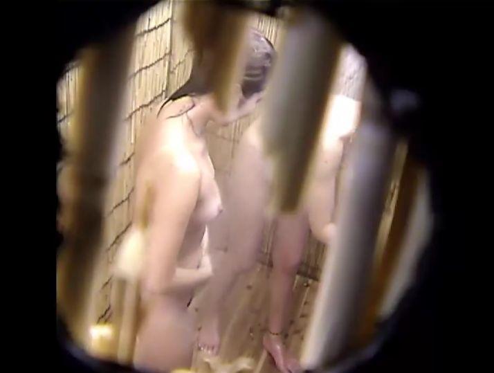 海の家のシャワー室、隠し撮りされていると知らず仲良くシャワーを浴びる二人組