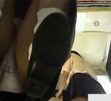 制服女子二人のパンツを狙ってプリクラの床にカメラを仕掛ける