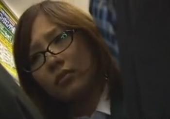 メガネの制服女子に満員電車でちんぽをこすり付ける。