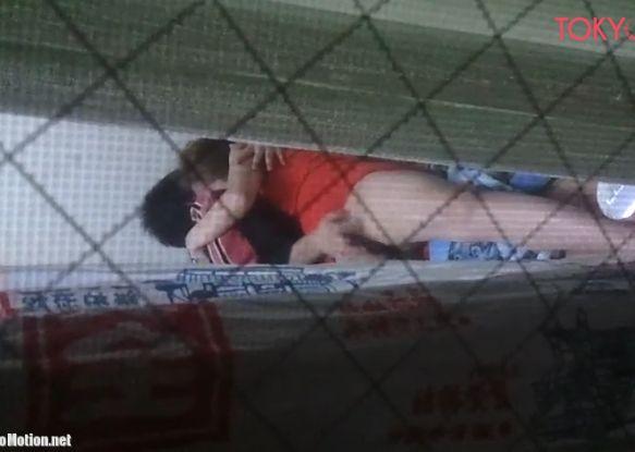 窓の外から激しく手マンするカップルを隠し撮り
