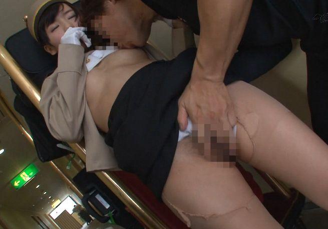 同僚や宿泊客の目を盗み生チンポを捩じ込み…膣内射精!
