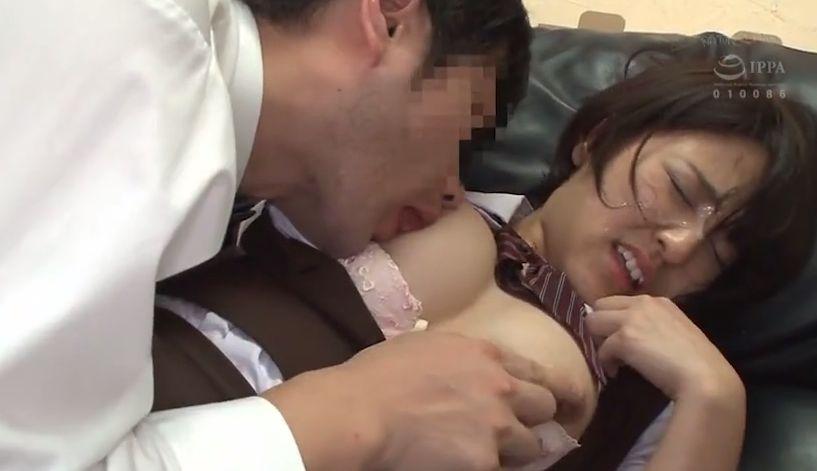 無理やりフェラをさせられ、チンポを捩じ込まれると精子まみれのアヘ顔でハメイキを繰り返す!
