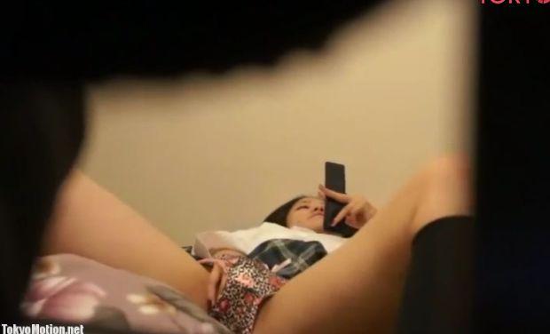スマホを見ながらパンツに手を突っ込んでオナニーし始めた娘を隠し撮り