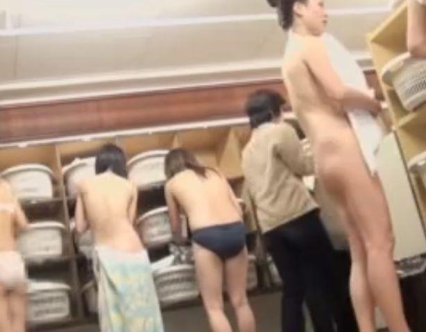 サークルっぽい集団の脱衣所を隠し撮り