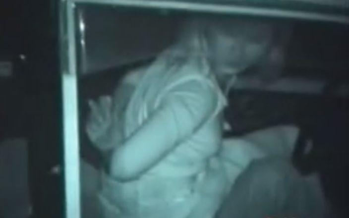 車内でフェラして手マンされる女の子をこっそり隠し撮り