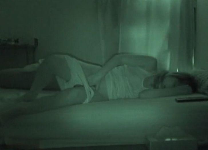 暗い部屋のベットの上でオナニーする女の子を隠し撮り