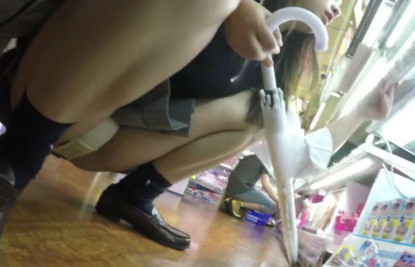 しゃがんだらパンツ丸見えになる短いスカートの女の子を隠し撮り
