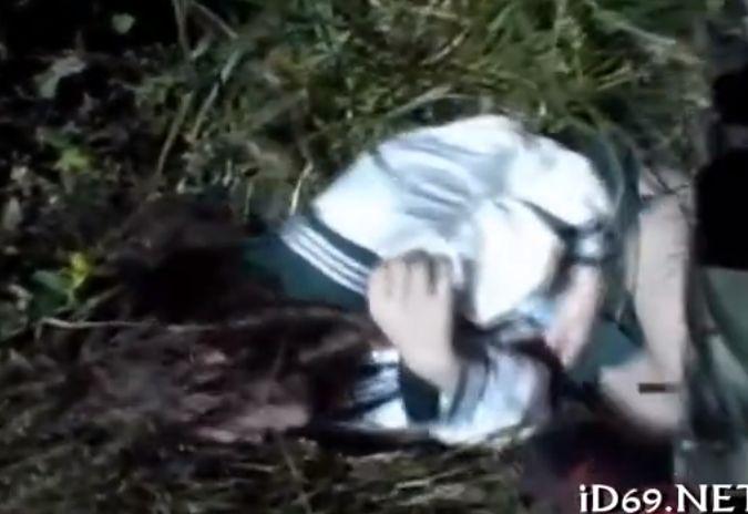 草むらで押し倒され連れ去られる制服娘