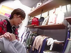 店員パンチラ盗撮!おすすめの商品を見せると純白パンツを見られる美女