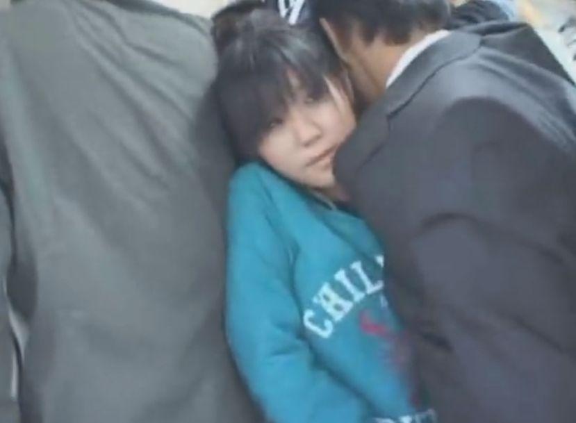 制服女子が男にパンツ下ろされ、手にちんこを握らされる。