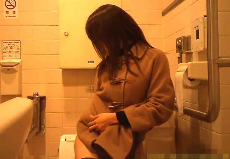 黒ストッキングに羽根付きパンツのお姉さんのトイレを隠し撮り