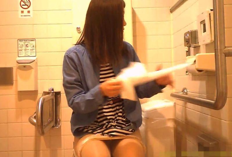 ボーダーワンピの女の子、パンスト下ろして洋式トイレを隠し撮り