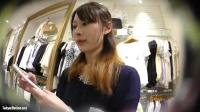 ショップ店員のスカート逆さ撮り!茶髪ロング店員。柄つきパンツが食い込んでます。