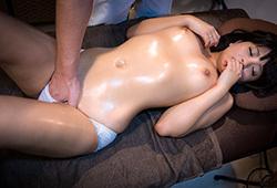 別々な部屋にさせられる男女カップル。マッサージ師の巧みな手技で彼女は少しずつ欲情し淫らになって行く。