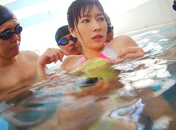 痴○スイマー集団の狂気の罠にハマり競泳水着を着たままハメられ堕ちた巨乳人妻。奥田咲