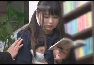 本屋で立ち読みしている女子校生…制服に勃起チンポを擦りつけても気付かない!