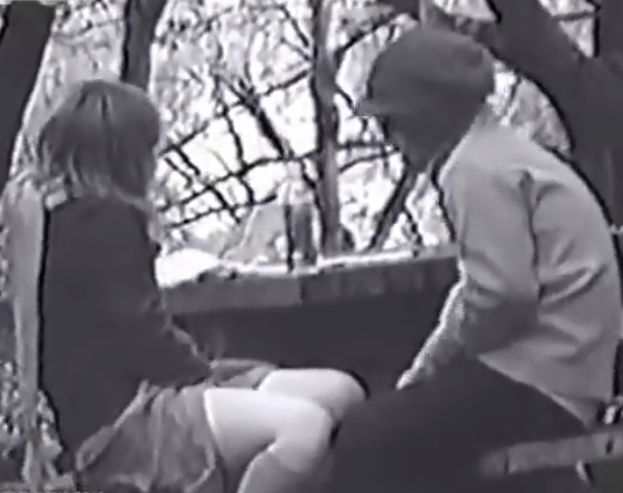 相互オナから騎乗位でハメハメ、ベンチであたりを伺いながらセックスする発情カップル