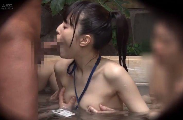研修という名目で上司から男湯に強制入浴させられると裸の男性客に囲まれて超赤面!