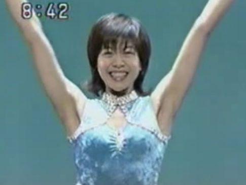 ペラペラのノーブラ衣装で登場し両手をいっぱいに挙げたら乳首がモロ起ちになるハプニング!
