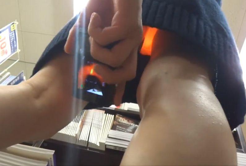立ち読み中のニットワンピ女性の股の間にカメラを入れて隠し撮り[盗撮]