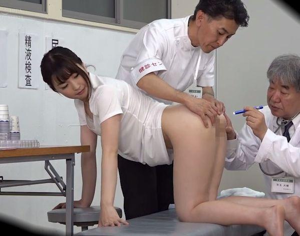 街で声をかけた上京したての女子大生が男ばかりの健康診断に男のフリして参加!