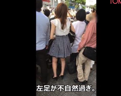 短いスカートで風を気にする制服娘を逆さ撮り[盗撮]